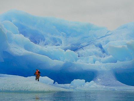 Scott Pelley parado peligrosamente sobre un iceberg en el lago O'Higgins
