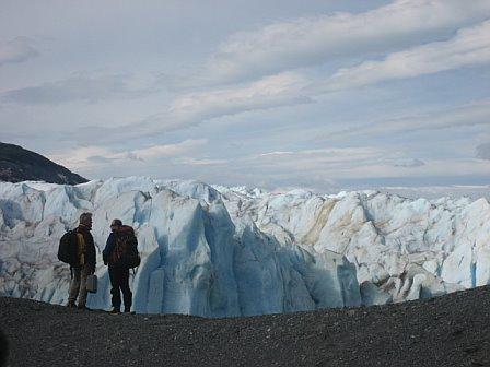 El glaciologo Gino Cassasa muestra a Scott Pelley el lugar que se podía pasar de la tierra al hielo en 2004. Pero ahora, en 2007, ese punto fue cubierto por el agua y ahora hay 400 metros donde se podía caminar hace tres años. El grupo tuvo que ir de excursión de dos horas para alcanzar el hielo. Cuando llegaron, lo encontraron ennegrecido por la tierra y la ceniza volcánica.