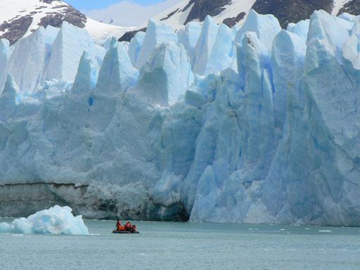 En un zodiac, el equipo de 60 minutes se aproximó temerariamente a 50 metros de la pared del Glaciar O'Higgins que tiene...70 metros de altura y en donde los desprendimientos al lago son gigantescos